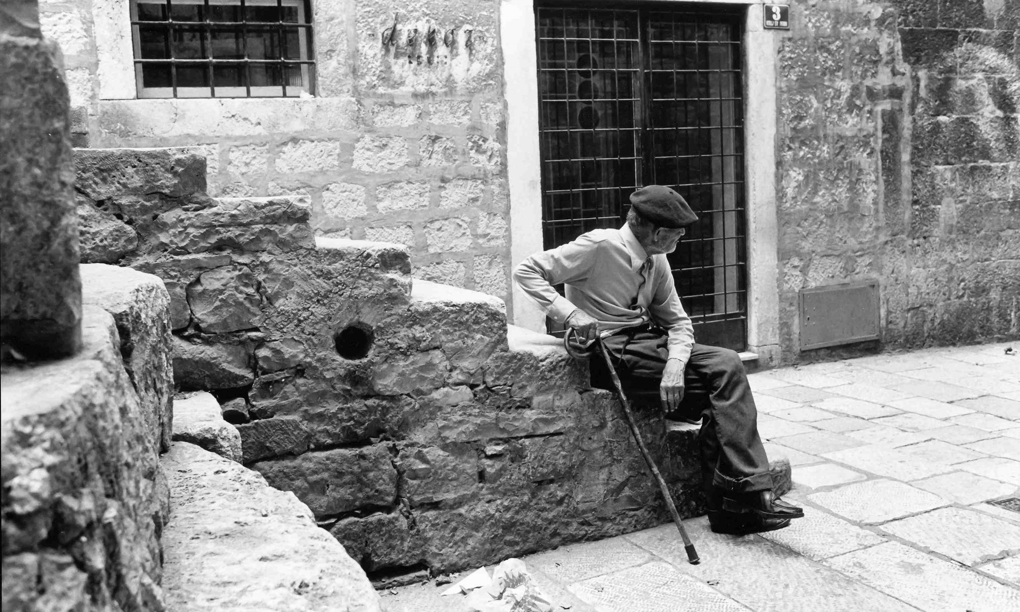 Jugoslawien Alter Mann auf Treppe SW